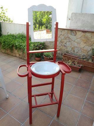 lavabo antic, fusta pintada vermell, mirall i pica