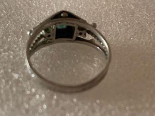 Antiguo anillo de plata y esmeraldas naturales