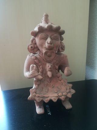 Escultura en terracota de chamán sedente