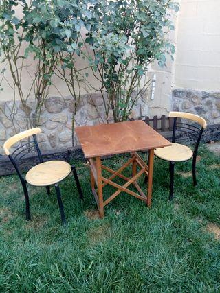 mesa plegable de madera y 2 sillas