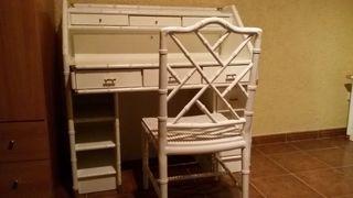 Escritorio y silla de madera lacada en blanco