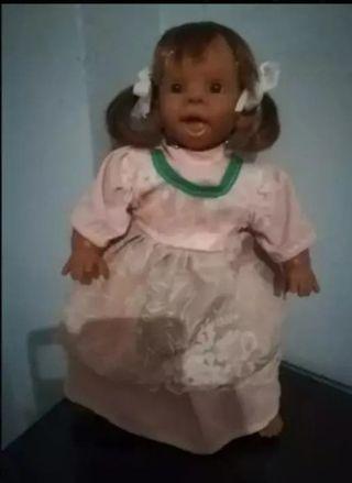 vendo,muñeca antigua es de trapo y goma