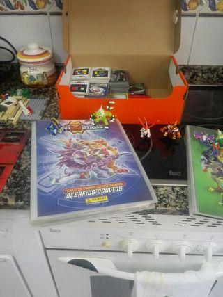 albunes y muñecos de invizimals y cromos de pokemo