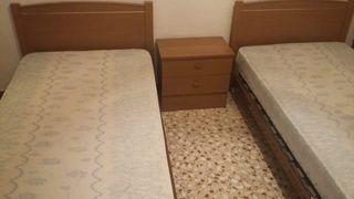 camas, mesita, tocador, espejo