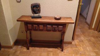 Mueble recibidor de madera antiguo y espejo.
