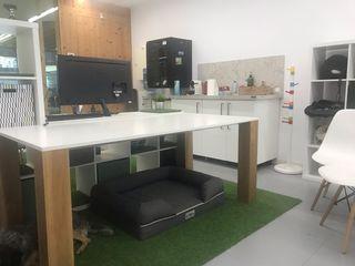 Mesa blanca con las patas de madera estilo moderna