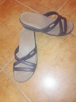 Sandalias Crocs Mujer. Cuña goma 3,5cm