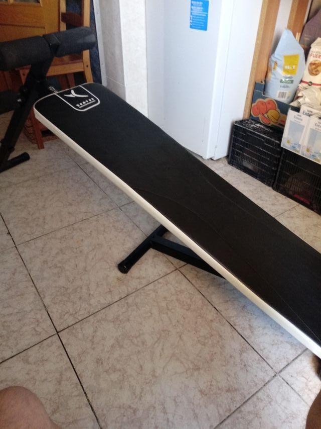 banco de abdominales y ejercicios y 2 mancuernas