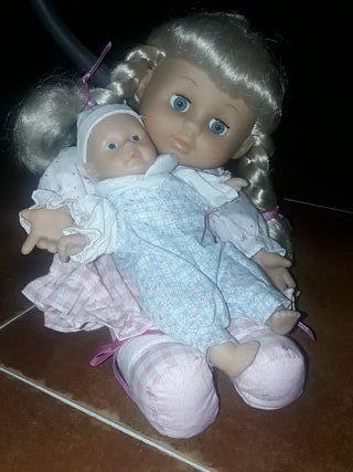 Muñeca con bebé.