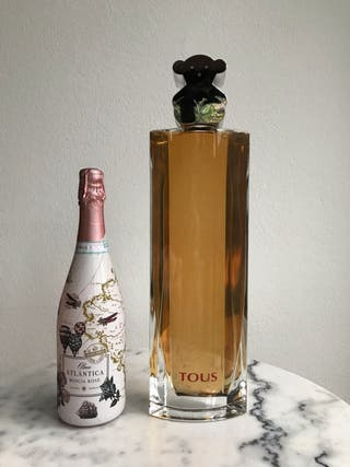 Frasco botella gigante Tous perfume ficticio 30cm