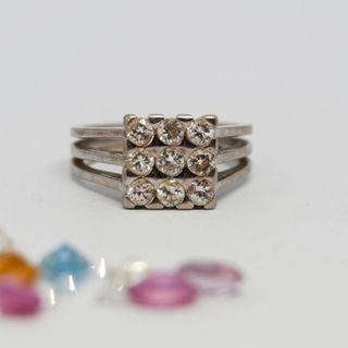 Anillo de oro blanco de 18k con 9 diamantes