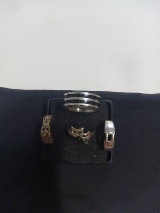 3 anillos de plata y el grande en acero