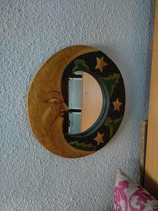 Espejo de madera pintado a mano.
