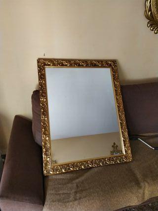 Espejo grande con marco dorado