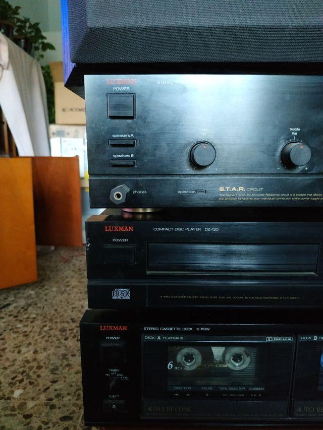 Amplificador, compact disc, cassete y altavoz