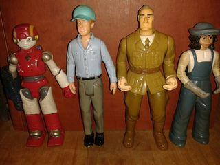 muñecos articulados variados.