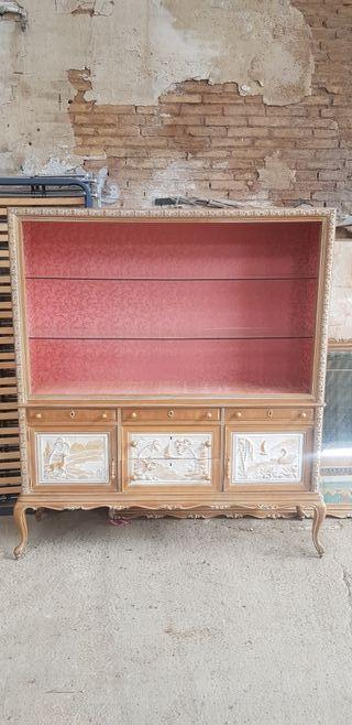 mueble vitrina acristalada recién restaurada