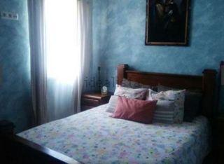 cama y mesillas rústicas y mea de pino y sillas