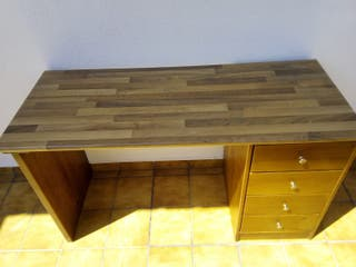 escritorio de madera y silla con ruedas