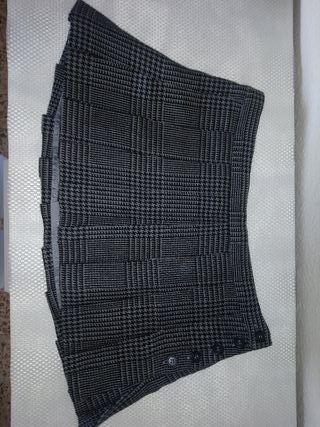 falda corta a cuadritos negra