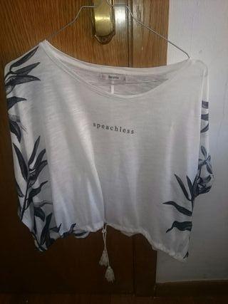 blusa tipo ancha blanca/flores negras. cordón adap