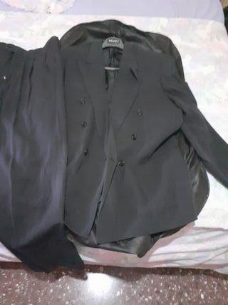 traje azul oscuro de la marca Milano 2000