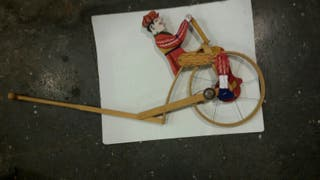 Antiguo juguete de madera con timbre