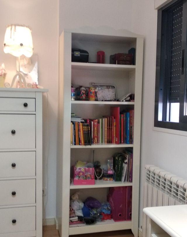 Estantería IKEA, madera blanca con fondo decorado.