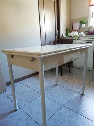 Mesa blanca de cocina