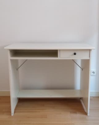 Escritorio IKEA de madera blanca.