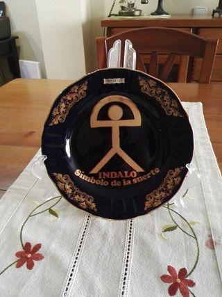 Plato decorativo de porcelana con dibujo en oro de