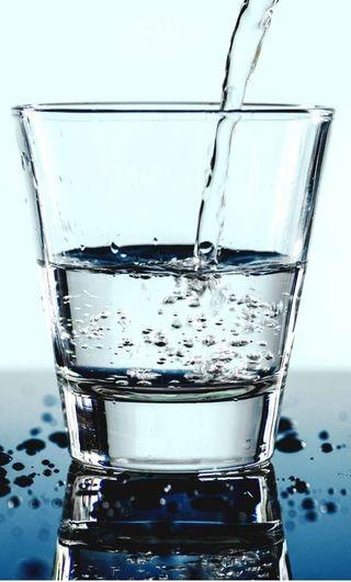 Ahorrete un dinero cada mes y bebe agua de calidad