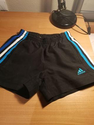 Pantalón d deporte y bañador d Adidas.