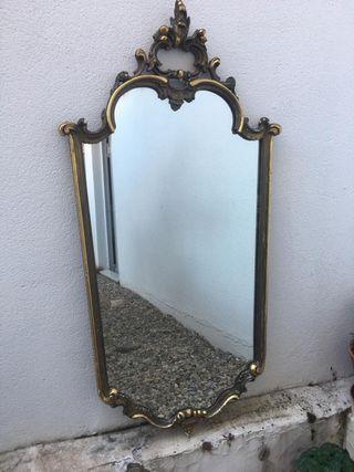 Antiguo y gran espejo de pared. Pan de oro
