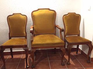 Sillón y sillas antiguas