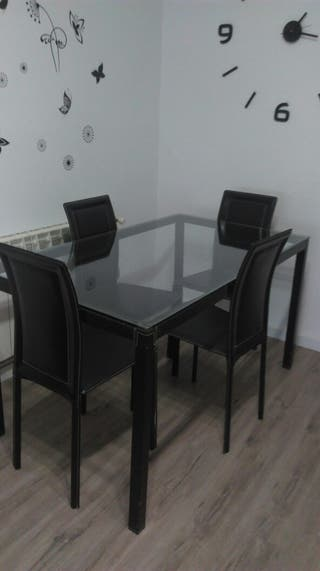 Mesa de cristal con cuatro sillas
