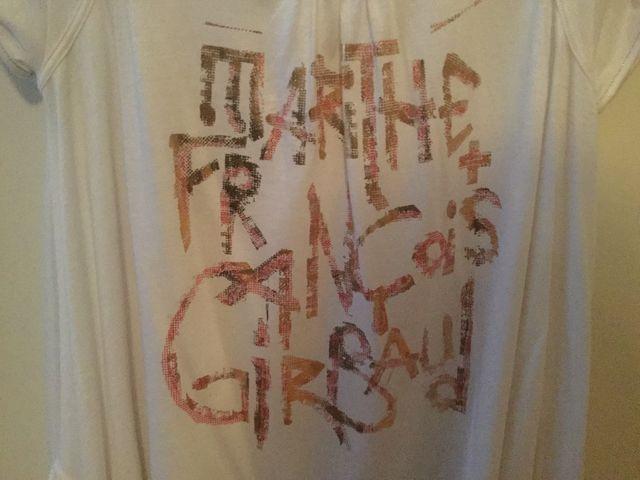Camiseta blanca con letras doradas
