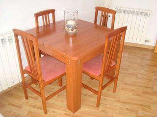 mesa de comedor y cuatro sillas extensible