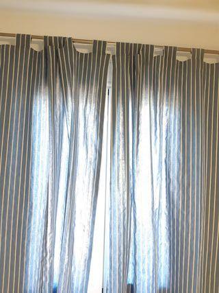 pareja cortinas ventana