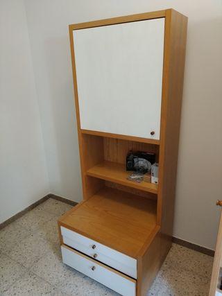Mueble-armario de madera con mesita pequeña