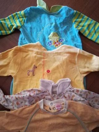 4 pijamas de 6 a 12 meses.