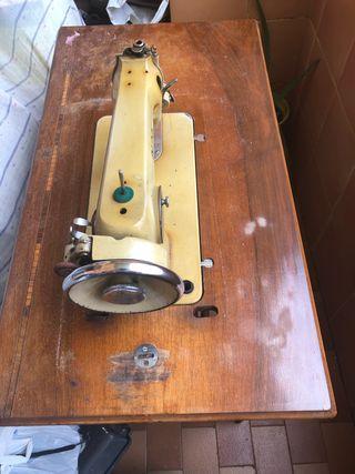 Maquina de coser Alfa .Urge vender