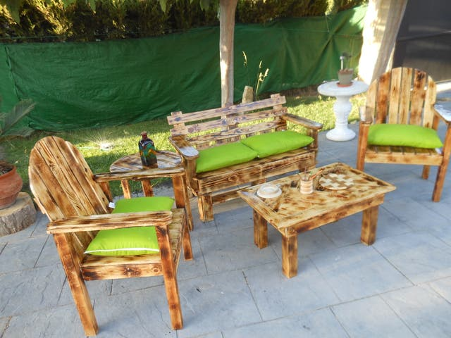 Conjunto jardín con maderas de palets.