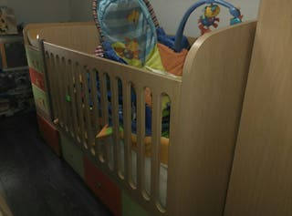 Cuna convertible en habitación infantil