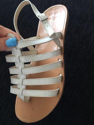 Sandalias planas de dedo.