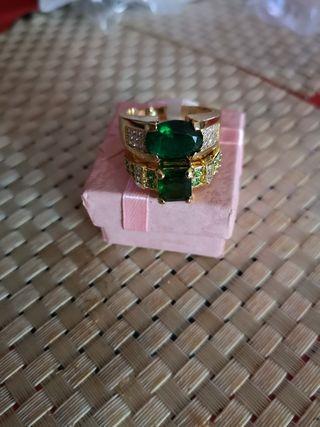 pareja de anillos con piedra verde