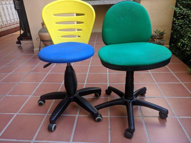 Dos sillas de escritorio para niños de segunda mano por 20 ...