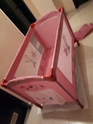 cuna de viaje rosa con dibujos de minie