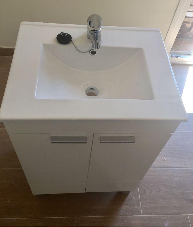 Mueble lavabo con grifo