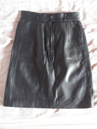 e81ca91fd Falda negra cuero de segunda mano en Barcelona en WALLAPOP